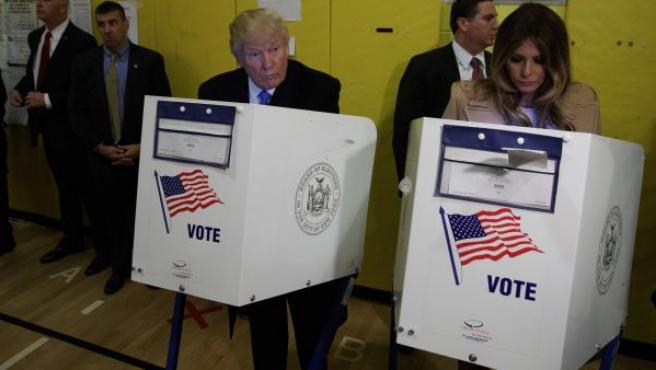 El candidato republicano Donald Trump y su esposa Melania votan en un colegio de Nueva York, durante las elecciones a presidente de EE UU.