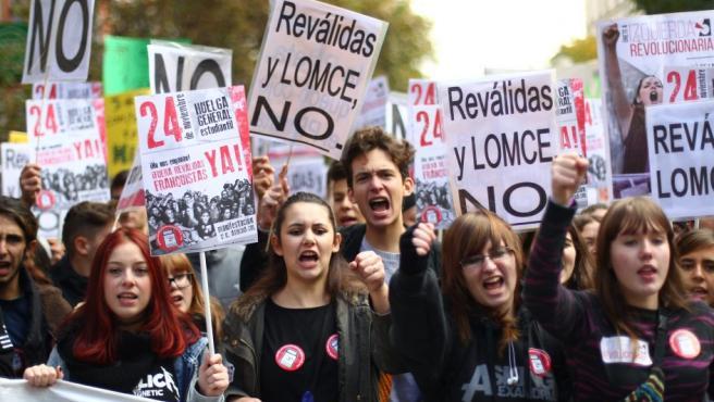 """Varios estudiantes encabezan la manifestación, en Madrid, de la segunda huelga en apenas un mes contra la Lomce y las llamadas """"reválidas""""."""
