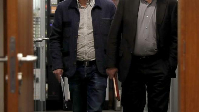Los secretarios generales de UGT, Pepe Álvarez (iz.), y de CC OO, Ignacio Fernández Toxo (d.), poco antes de la rueda de prensa tras la reunión con el presidente del Gobierno.