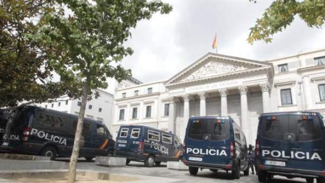 Furgonetas de la Policía Nacional en la plaza de las Cortes.