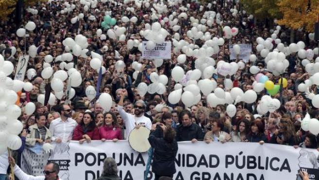 Imagen de la manifestación llevada a cabo en Granada, en protesta por las fusiones hospitalarias que tiene programada la Junta de Andalucía.