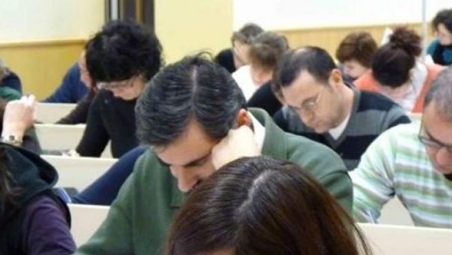 Alumnos realizando un examen de oposición.