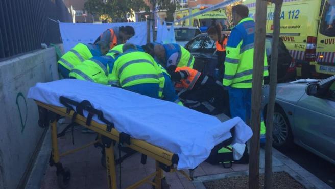 Los servicios de emergencia atienden a la víctima en Alcobendas.