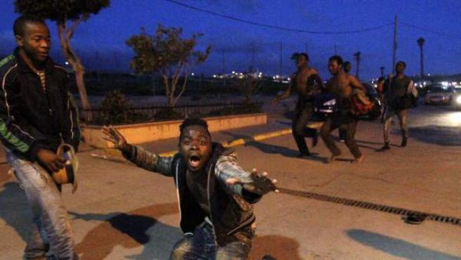 Subsaharianos junto al Centro de Estancia Temporal de Inmigrantes (CETI), un centro absolutamente colapsado.