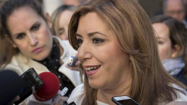 La presidenta andaluza, Susana Díaz, atiende a los medios poco antes de la sesión de control al Gobierno en el Parlamento de Andalucía en Sevilla.