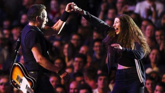El músico estadounidense Bruce Springsteen saca a bailar a una fan durante el primer día del festival Rock in Rio Lisboa 2016 en Parque da Bela Vista en Lisboa.