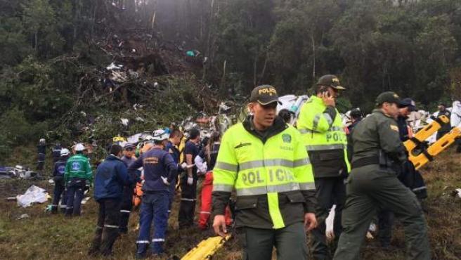 Operativos de rescate trabajan en el lugar donde se ha estrellado el avión que trasladaba al equipo brasileño Chapecoense.