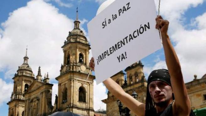 Manifestantes a favor del acuerdo de paz en Colombia, el día que la Cámara votó a favor de este, en Bogotá.