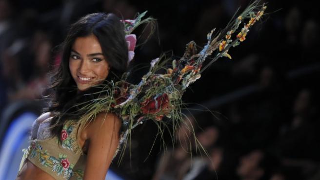 Uno de los ángeles en el desfile de Victoria´s Secret en París con un diseño muy floral.