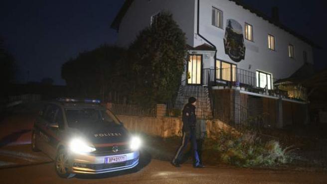 La policía llega al hotel de Böheimkirchen, en Austria, donde una mujer ha disparado a su madre, a su hermano y a tres de sus hijos antes de suicidarse.