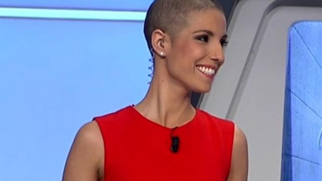 Marta, presentadora del Canal 7 de Murcia, se enfrenta a las cámaras tras cinco meses de baja. Padece un cáncer de mama.