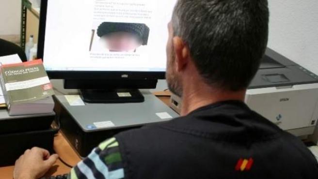 Agente investigando los mensajes amenazantes contra el niño Adrián en las redes sociales.