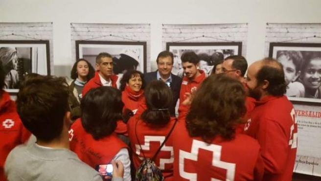 Fernández Vara, acompañado por voluntarios de Cruz Roja
