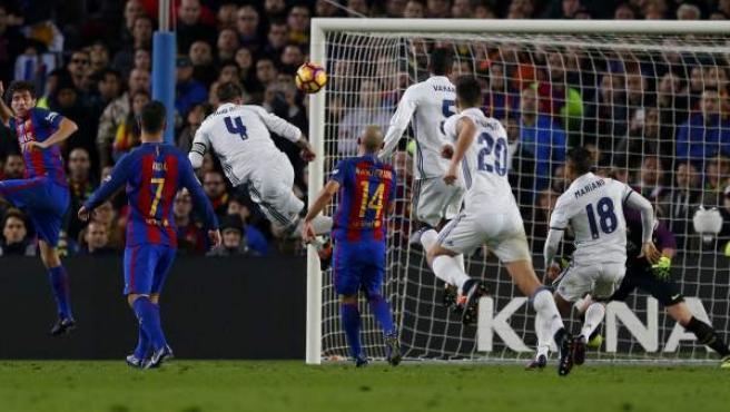 Remate de cabeza con el que Ramos ha logrado el empate en el 90 en el Camp Nou.