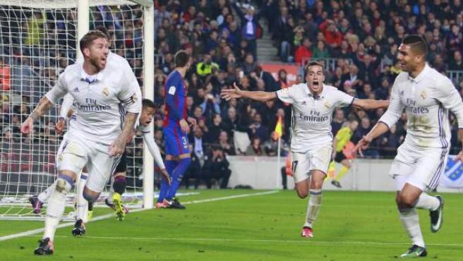 Ramos, Casemiro y Lucas Vázquez celebran el gol del empate del capitán madridista en el Camp Nou.