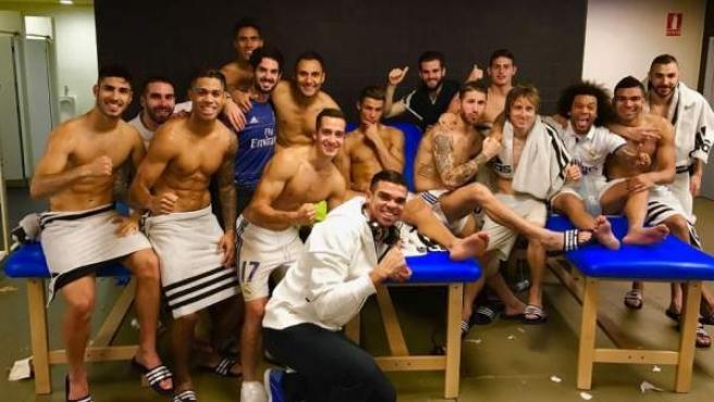 Celebración del los jugadores del Real Madrid tras empatar en el Camp Nou, con una pose sorprendente de Cristiano Ronaldo.
