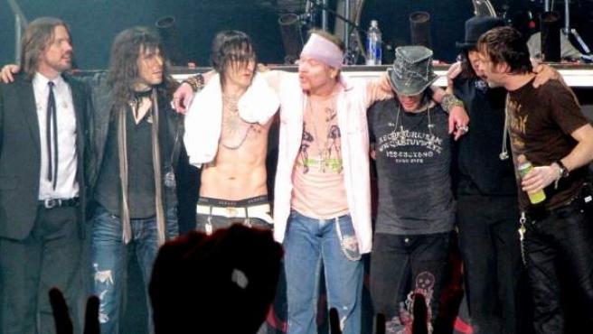 La banda Guns N'Roses, justo después de su concierto en Caracas.