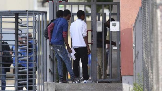 Un grupo de refugiados llega al centro de refugiados de la localidad de Zirndorf, en Alemania.