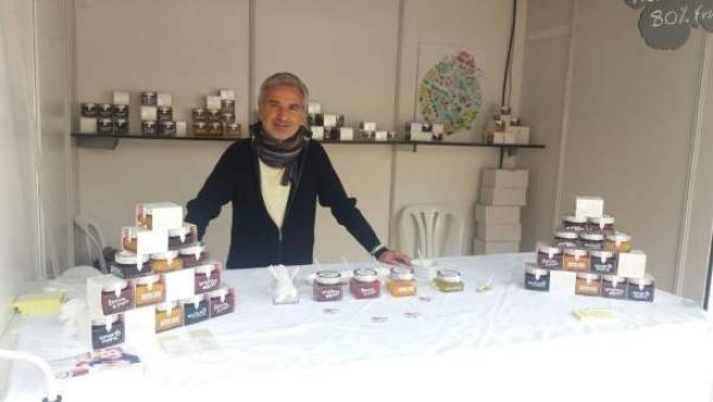 Francisco Sáez de Lorusso Food con una muestra de sus productos.
