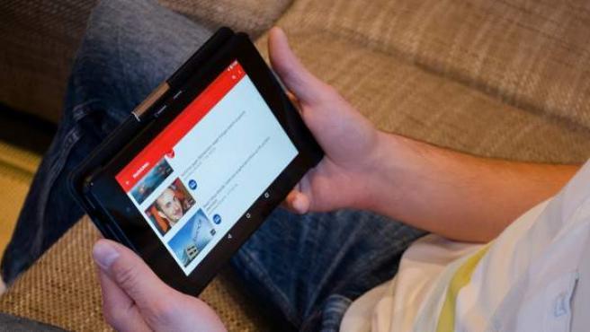 Un hombre ve YouTube en su tablet.