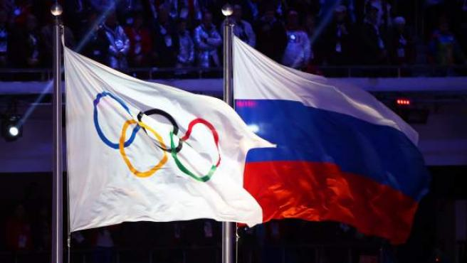 Imagen de archivo de la bandera olímpica (izquierda), ondeando junto a la bandera rusa.