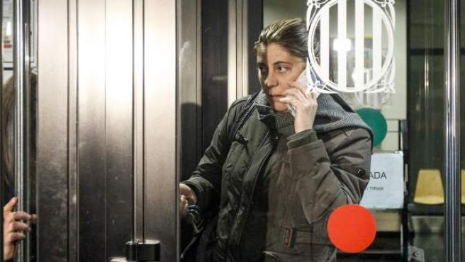 Marga Garau, la madre de Nadia, la niña de 11 años afectada de una enfermedad rara, sale de los Juzgados de La Seu d'Urgell después de su declaración.