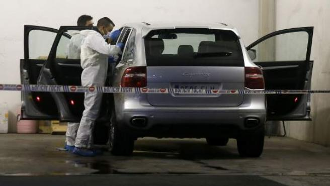 La policía científica registra el vehículo en el que la viuda del expresidente de la Caja de Ahorros del Mediterráneo, Vicente Sala, hallada muerta en su interior.