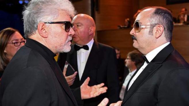 El cineasta español Pedro Almodóvar, junto al actor Carlos Areces, en la gala de los Premios del Cine Europeo.
