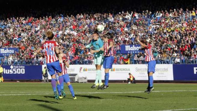 Un lance del partido de liga femenina entre el Atlético Féminas y el Barça en el Vicente Calderón.
