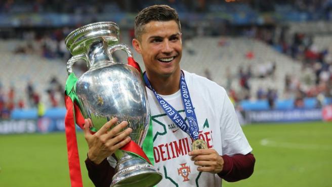El jugador portugués Cristiano Ronaldo posa con la copa del Campeonato de Europa de Fútbol 2016, que Portugal consiguió tras ganar a Francia en la final, con un gol del delantero Éder marcado en la prórroga del partido.