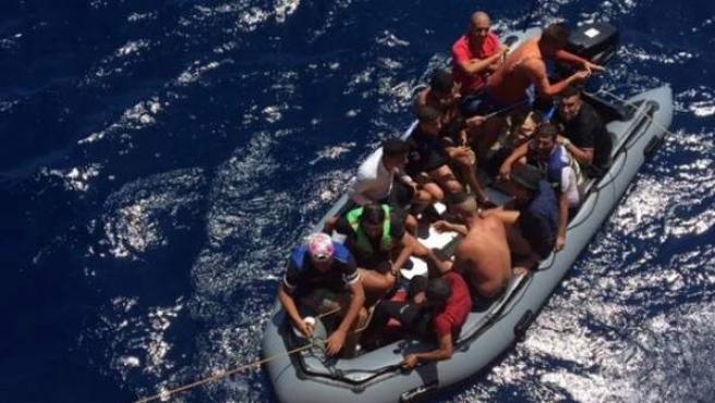 Patera con 12 personas rescatadas en aguas de Almería.