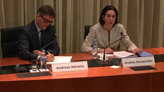 Andrea Schaechter (dcha), jefa de la misión del FMI en España, durante la rueda de prensa en el Banco de España para presentar el informe anual del Fondo.