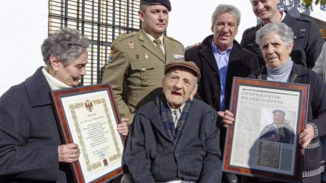 Francisco Núñez Olivera (c), el tercer hombre con más edad del mundo, en el homenaje por su cumpleaños 112.