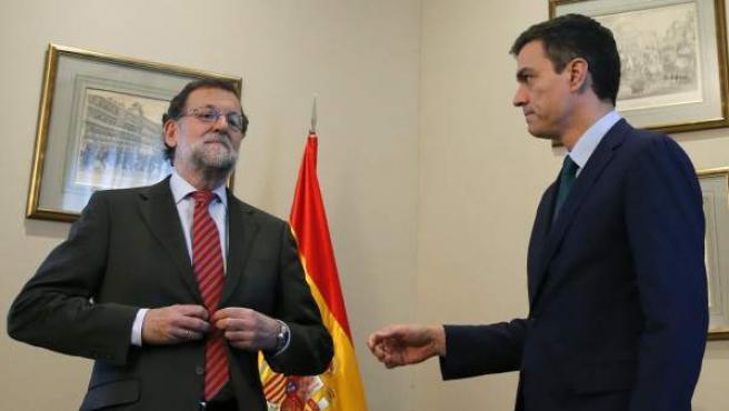 Mariano Rajoy (i) le niega el saludo a Pedro Sánchez durante su reunión en el Congreso de los Diputados.