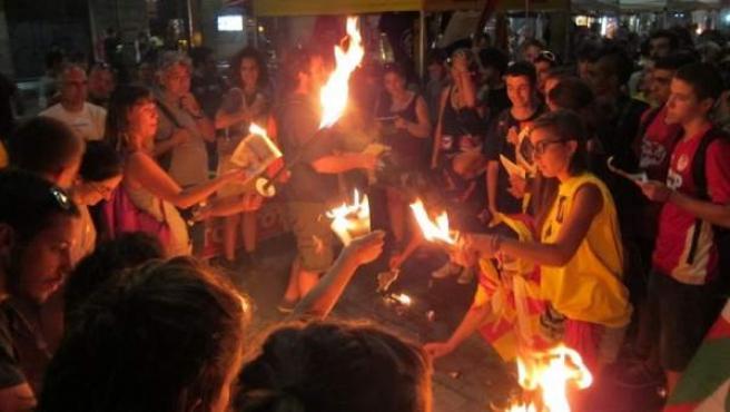 Manifestantes de la CUP queman fotos del rey en Barcelona.