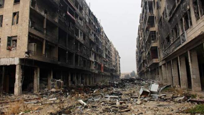Vista general de una calle destruida en la ciudad siria de Alepo.