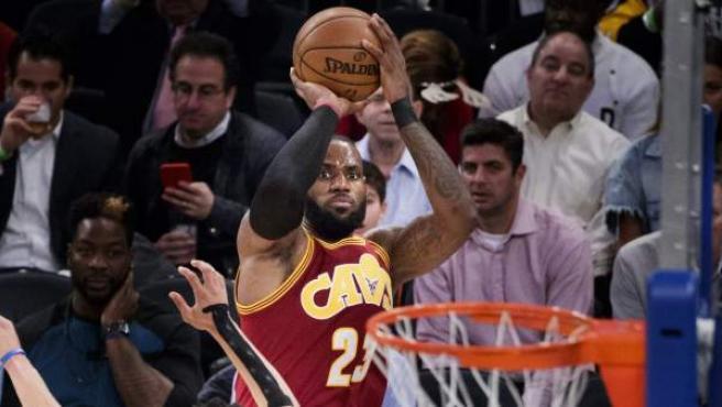 LeBron James, de los Cleveland Cavaliers, lanza sobre Courtney Lee, de los New York Knicks.