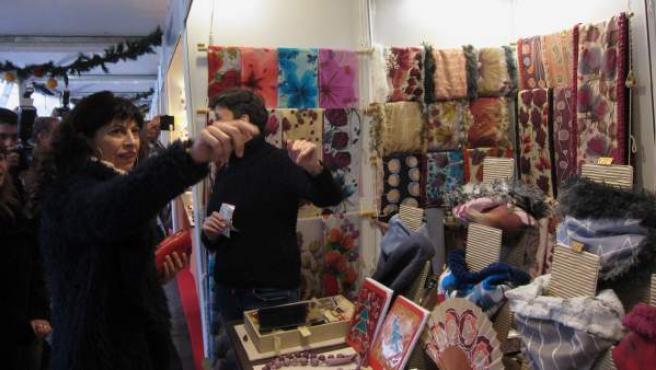 La concejal Ana Redondo, en el Mercado navideño de Artesanía