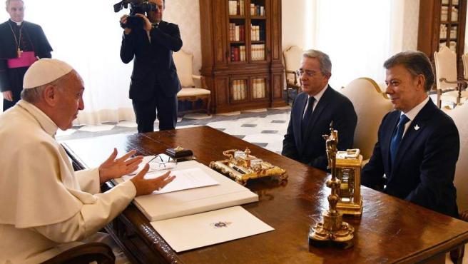 El papa Francisco (i) recibe en audiencia privada al presidente de Colombia, Juan Manuel Santos (d), y al expresidente Álvaro Uribe (2d) en el Vaticano.