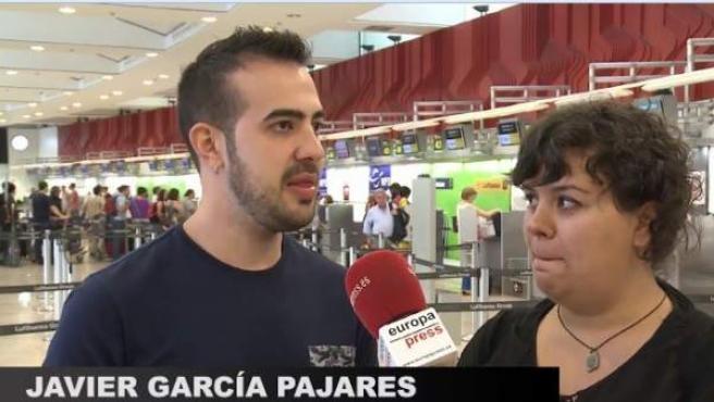 Javier García Pajares, estudiante Erasmus invidente y sordo, en un aeropuerto.