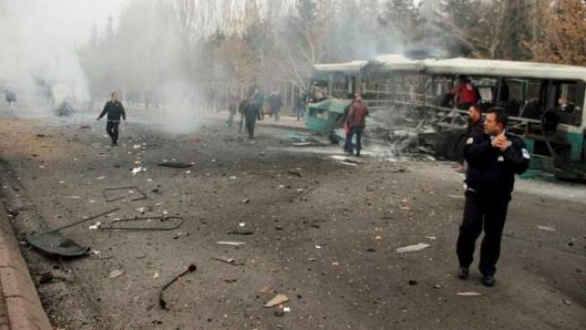 Imagen del resultado del atentado perpetrado contra un autobús militar en Kayseri, Turquía.