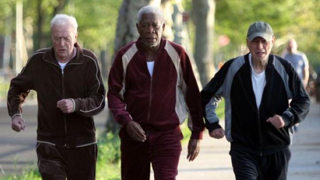 Tráiler de 'Going in Style': Caine, Freeman y Arkin roban un banco a ritmo de AC/DC