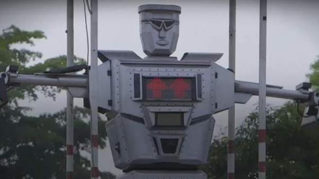 Kinshasa, la capital de la República Democrática del Congo, tiene una población de más de diez millones de personas. Por ello crearon a Tamoke, el robot que regula el tráfico en la capital.