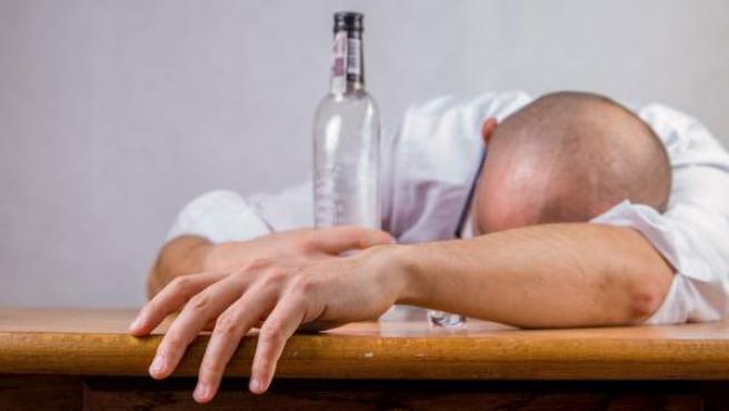 El consumo excesivo de alcohol provoca, entre otras cosas, que el cuerpo se deshidrate rápidamente.