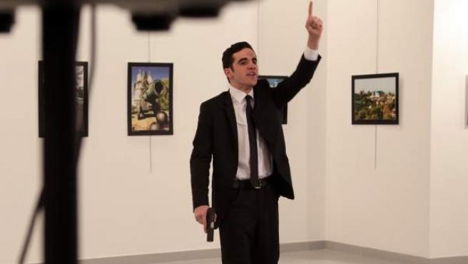 El asesino del embajador ruso, Andrei Karlov, junto al cuerpo sin vida del diplomático.