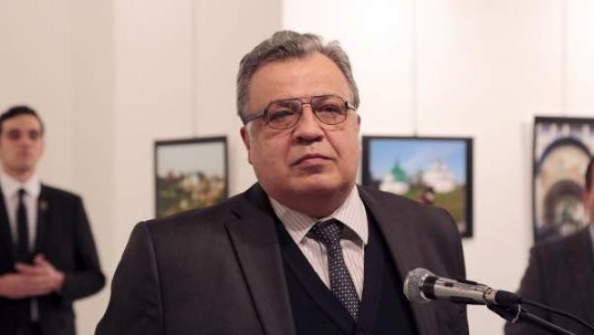 El embajador ruso en Turquía, Andrei Kurlov, momentos antes de ser asesinado por el hombre que tiene a sus espaldas.