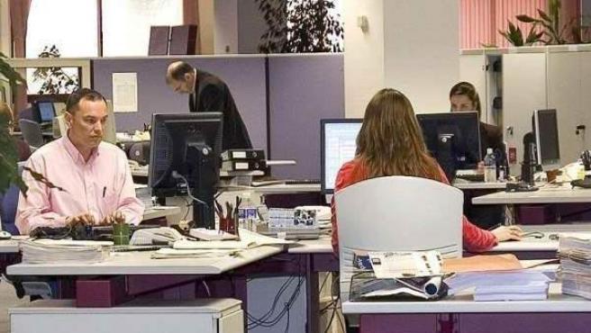 Algunos trabajadores en una oficina.