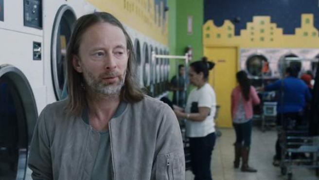 Tom Yorke en el nuevo vídeo de Radiohead, 'Daydreaming'.
