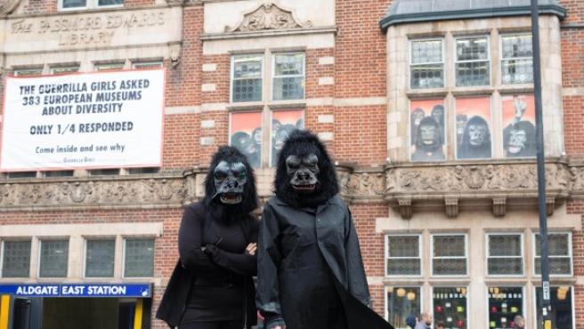 'Las Guerrilla Girls preguntaron a 383 museos europeos sobre diversidad. Sólo una cuarta parte respondieron', dice la pancarta a la entrada de la galería que expone la muestra sobre sexismo en el arte