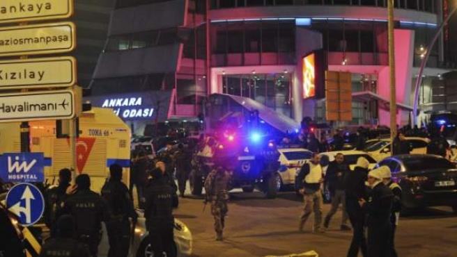 Despliegue policial tras el atentado contra el embajador ruso en Ankara.